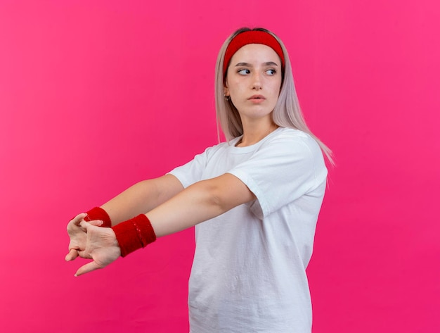 Pewnie młody kaukaski dziewczyna sportowy z szelkami na sobie pałąk