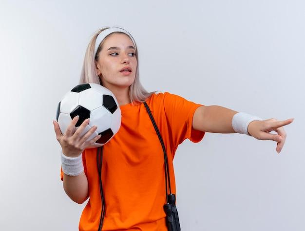 Pewnie młody kaukaski dziewczyna sportowy z szelkami