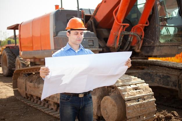 Pewny architekt na placu budowy