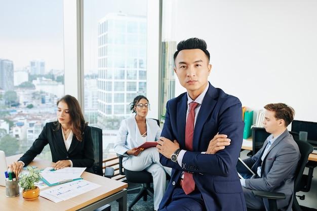 Pewny siebie azjatycki przedsiębiorca