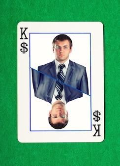 Pewny siebie biznesmen na karcie hazardowej króla dolarów