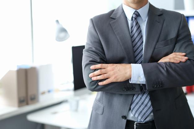 Pewny siebie biznesmen w szarym garniturze zbliżenie