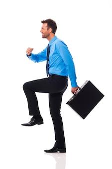 Pewny siebie biznesmen wspinaczka na sukces