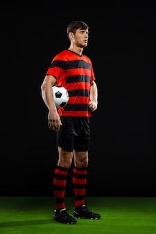 Pewny siebie bramkarz z piłką, grać w piłkę nożną