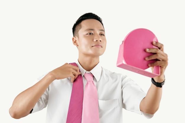 Pewny siebie człowiek wybiera krawat