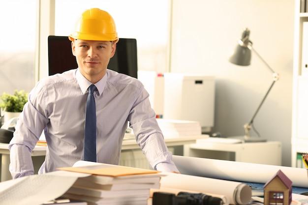 Pewny siebie inżynier budownictwa nad szkicem domu