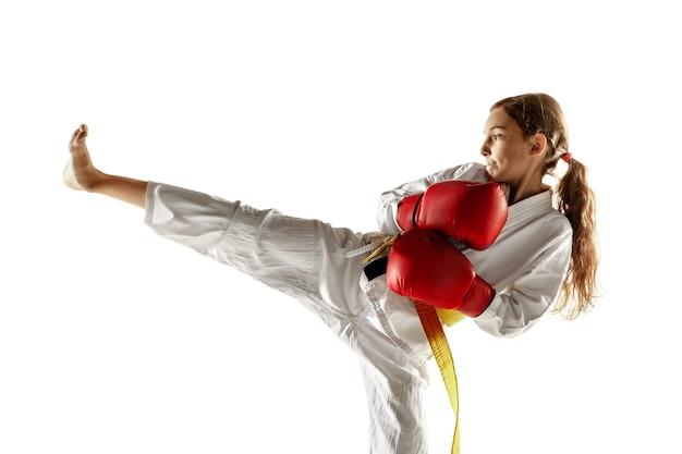 Pewny siebie junior w kimonie trenujący walkę wręcz, sztuki walki.
