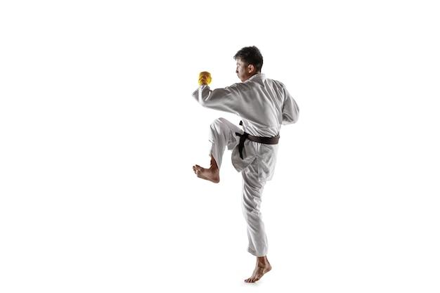 Pewny siebie koreański mężczyzna w kimonie ćwiczący sztuki walki wręcz
