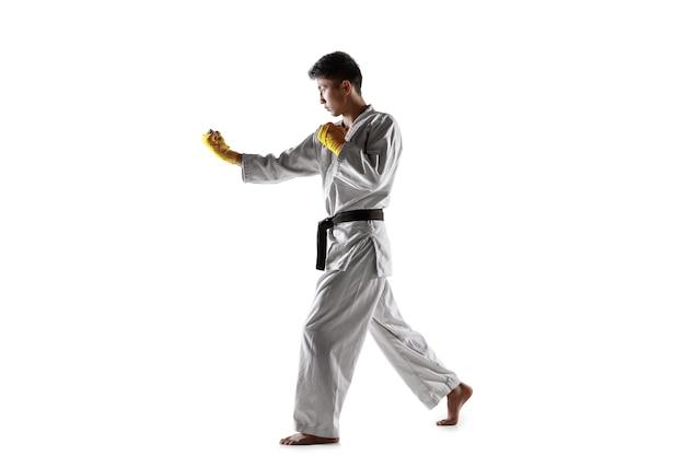 Pewny Siebie Koreański Mężczyzna W Kimonie ćwiczący Walkę Wręcz, Sztuki Walki Darmowe Zdjęcia