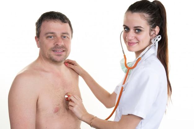 Pewny siebie lekarz sprawdzający bicie serca pacjenta