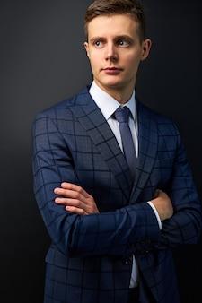 Pewny siebie modny kaukaski facet w formalnym stylowym garniturze