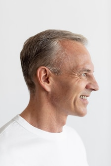 Pewny siebie portret mężczyzny w średnim wieku