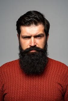Pewny siebie poważny człowiek wygląda poważnie, odizolowany. modele facet hipster w studio. biznesmen myślenia z wyrażeniem patrząc. przystojny męski model, zbliżenie twarzy.