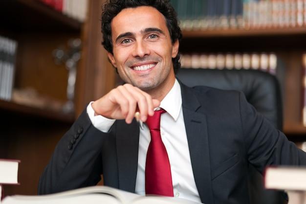 Pewny siebie prawnik w swoim studio