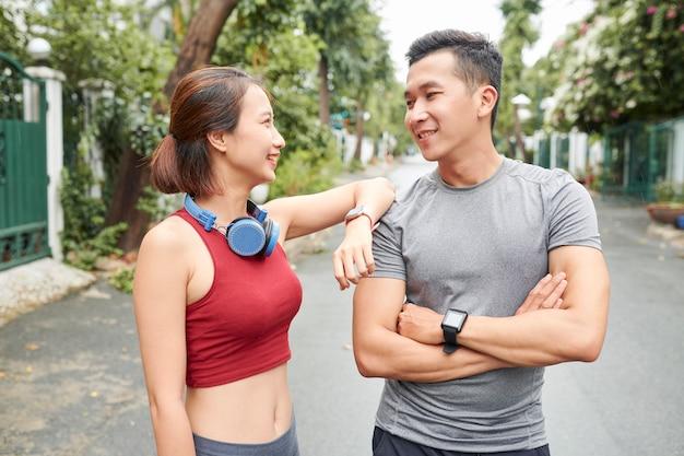 Pewny siebie sportowy mężczyzna i kobieta