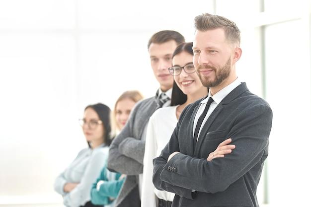 Pewny zespół biznesowy stojący w jasnym biurze. zdjęcie z miejscem na kopię