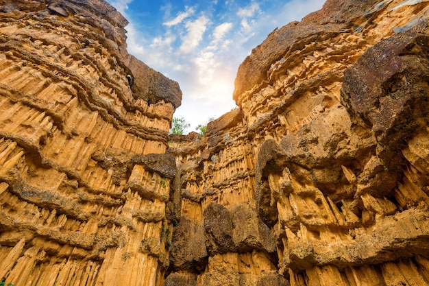 Pha cho, pha cho to wysokie klify kanionu gleby w parkach narodowych mae wang w chiang mai w tajlandii. niesamowita tajlandia.