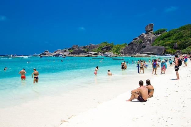 Phang nga, tajlandia-15 marca 2013: czysta woda piękne morze jak niebo na wyspie similan, tajlandia phang-nga