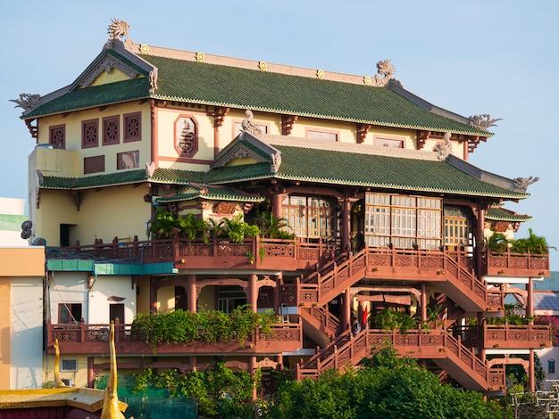 Phat hoc pagodowa buddyjska świątynia wewnątrz może tho centrum miasta, mekong delty region, wietnam. architektura religijna, widok z przodu wielopiętrowego budynku, błękitne niebo,