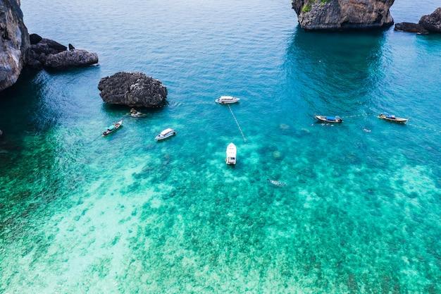 Phi phi wyspa i nurkowy turystycznej łodzi wysoki sezon w tajlandia widok z lotu ptaka