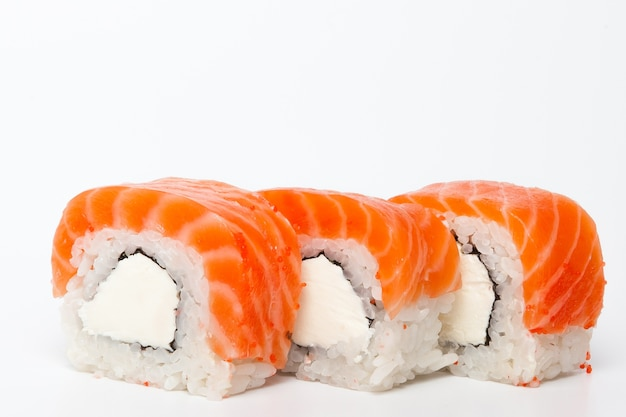 Philadelphia roll, rolki sushi na białym tle