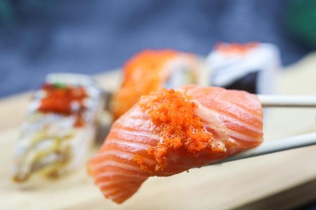 Philadelphia roll sushi z krewetką z łososiem i serkiem awokado menu sushi japońskie jedzenie