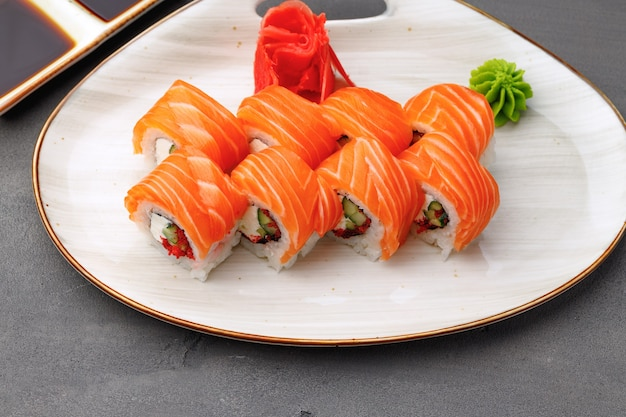Philadelphia sushi roll na talerzu z bliska