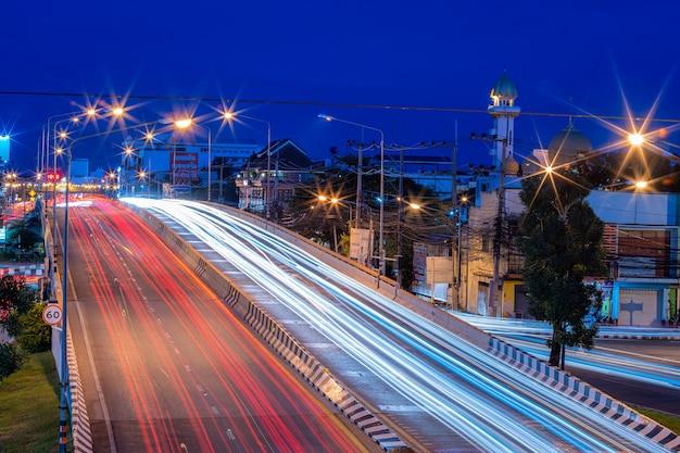 Phitsanulok, tajlandia - 12 września 2020 r.: piękna scena koloru nocnych świateł drogowych na drodze w mieście phitsanulok, tajlandia.