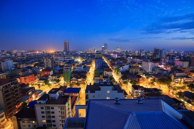 Phnom penh, kambodża - 14 marca 2018: cityscape światła rano budynek, streszczenie tło
