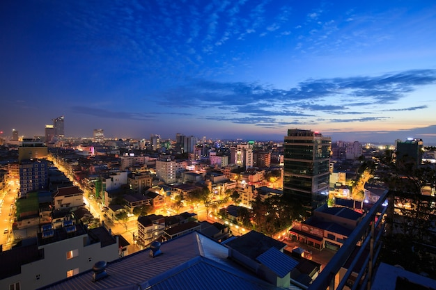 Phnom penh, kambodża - 14 stycznia 2018: gród światła rano budynek, streszczenie tło