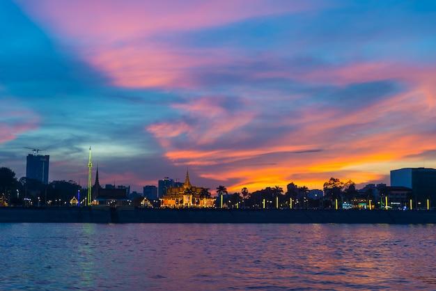 Phnom penh skyline o zachodzie słońca stolicy królestwa kambodży, panorama sylwetka widok z rzeki mekong, cel podróży, dramatyczne niebo