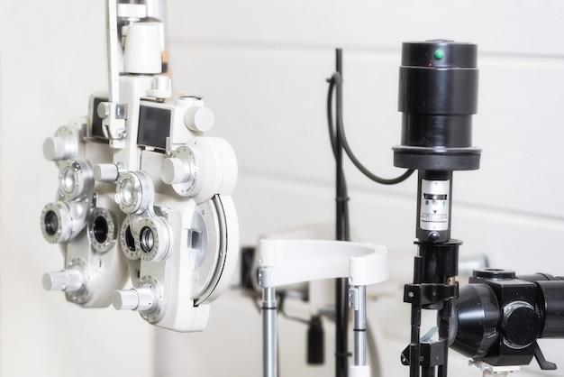 Phoropter, maszyna do testowania okulistycznego.