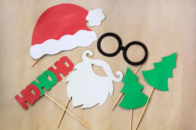 Photo booth kolorowe rekwizyty na przyjęcie świąteczne - wąsy, święty mikołaj, jodła, okulary, czapka