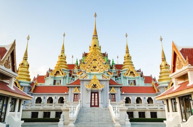 Phra mahathat chedi pakdi prakat, piękna złota pagoda słynna w ban krut w prowincji prachuap khiri khan w tajlandii