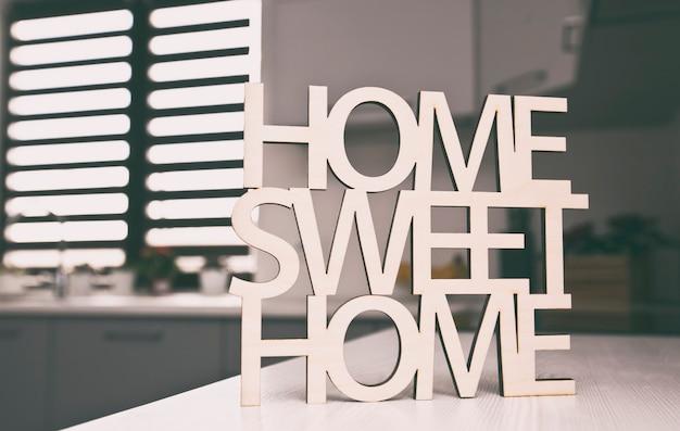 Phrase home, słodki dom z drewna