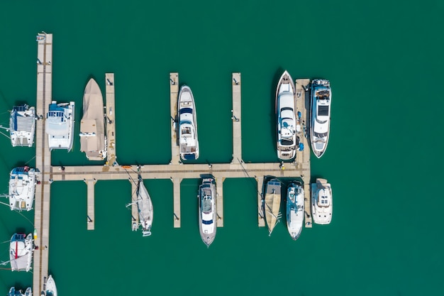 Phuket jachtu molo na zielonym morzu tajlandia