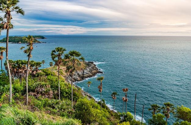 Phuket sceni, zwianie balu thep (imię tajlandzki), morze w tajlandia