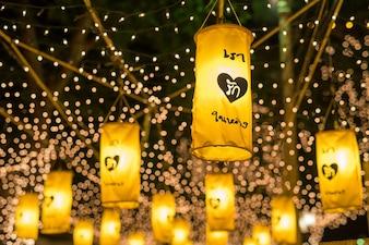 Piękna żółta ozdoba lampą lub latarnią w nocy