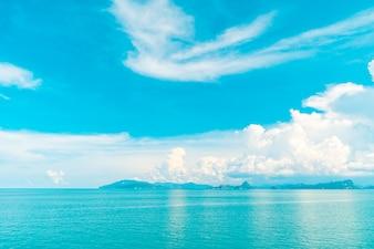 Piękna biała chmura na niebieskim niebie, morzu lub oceanie