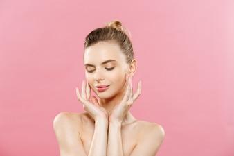 Piękna koncepcja - piękna kobieta z Czystym Świeżymi skórkami bliska na różowe studio. Twarz do pielęgnacji skóry. Kosmetyka.