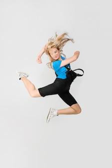 Pi? kna dziewczyna skoków wysoko na zwyk? ej tle