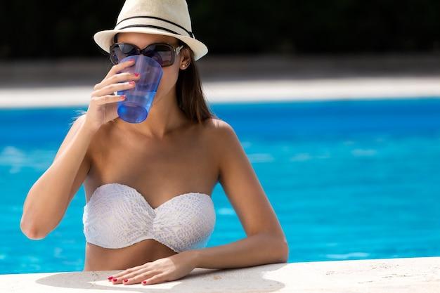 Pi? kna dziewczyna wody pitnej na basenie.