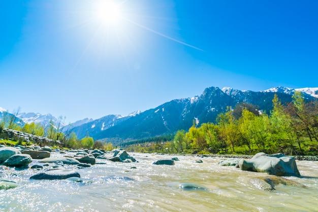 Pi? kna rzeka i pokryte? niegiem góry krajobraz kaszmir stan, indie.