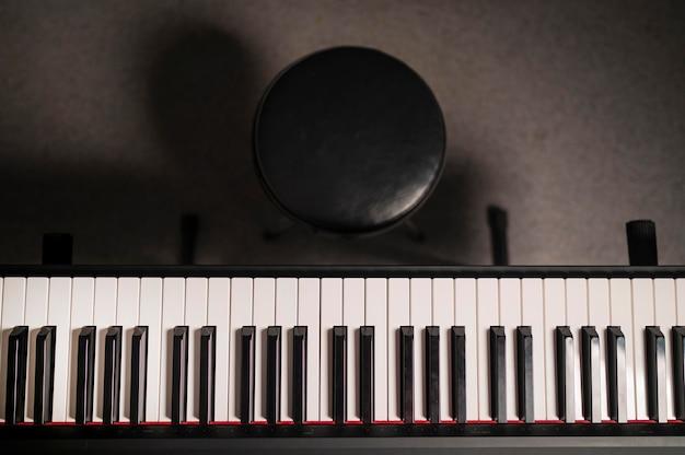 Pianino cyfrowe i krzesło z widokiem z góry