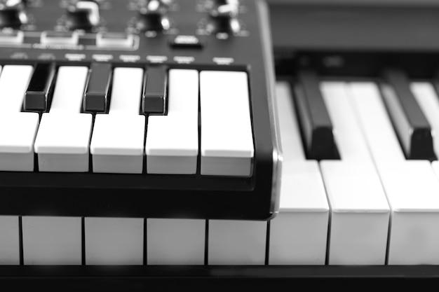 Pianino elektroniczne. czarno-białe zdjęcie, tło muzyczne
