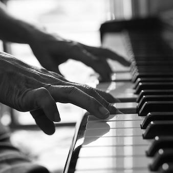 Pianista grający na pianinie do nauki muzyki melodii.