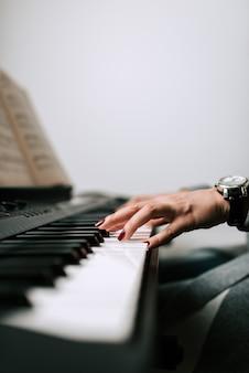 Pianista grający. widok z boku.