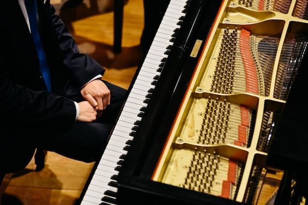Pianista i fortepian z góry.