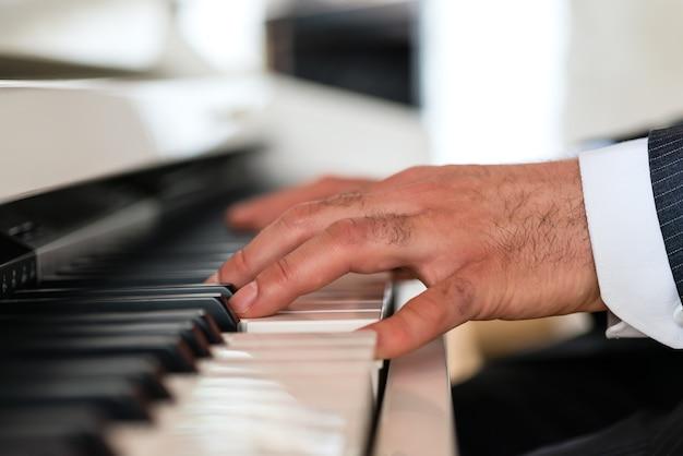 Pianista na fortepianie tworzy piękną muzyczną atmosferę w eleganckiej restauracji