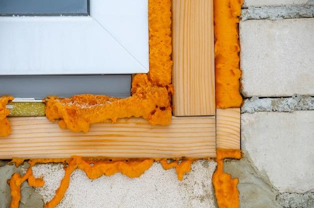 Pianka budowlana. pianka stroiteln w oknie. sucha pianka w oknie